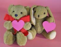 Маленькая плюшевый медвежонок и кролик валентинки с сердцами на розовом bac Стоковые Изображения RF