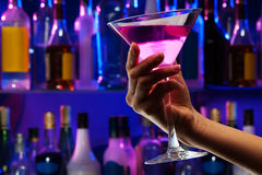 Маленькая рука женщины с питьем стекла коктеиля Стоковые Фотографии RF