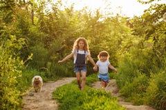 Маленькая сестра бежать с собакой Стоковая Фотография RF