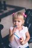 Маленькая седоволосая девушка с мороженым стоковые фотографии rf