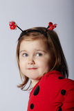 Маленькая смешная девушка в костюме ladybug Стоковая Фотография
