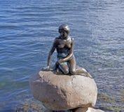 Маленькая статуя бронзы русалки в Копенгагене, Дании Стоковое фото RF