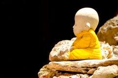 Маленькая статуя Будды на утесе стоковое фото rf