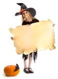 Маленькая счастливая ведьма держа знак Стоковые Фото