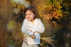 Маленькая счастливая девушка греясь в солнце Стоковое Изображение RF