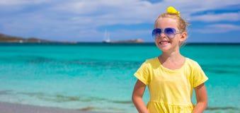 Маленькая счастливая девушка наслаждаясь каникулами пляжа стоковые изображения rf