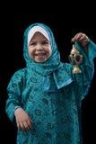 Маленькая счастливая мусульманская девушка усмехаясь с фонариком Рамазана стоковое изображение