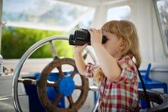 Маленькая сладостная девушка на яхте Стоковое Изображение