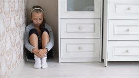Маленькая унылая девушка сидя на поле сток-видео