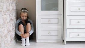 Маленькая унылая девушка сидя на поле видеоматериал