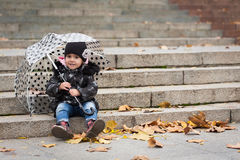 Маленькая усмехаясь девушка с зонтиком Стоковая Фотография RF
