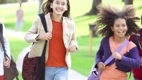 Маленькие девочки бежать в замедленном движении к камере в парке акции видеоматериалы