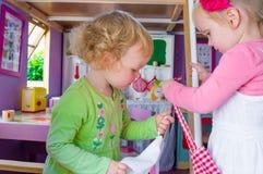 Маленькие девочки в кухне Стоковые Изображения