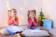 Маленькие девочки в ожидании праздники ` s Нового Года делают желания Стоковые Фотографии RF