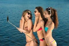 Маленькие девочки делают selfie в покое Стоковые Фотографии RF