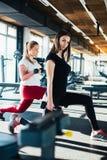 Маленькие девочки делая фитнес работают в спортзале с гантелями Стоковое Изображение