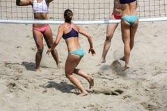 Маленькие девочки играя волейбол пляжа Стоковое Фото