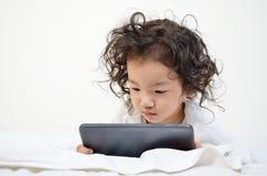 Маленькие девочки играя на вычислительном приборе таблетки Стоковые Фото