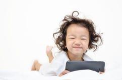 Маленькие девочки играя на вычислительном приборе таблетки Стоковое Изображение
