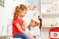 Маленькие девочки играя доктора с стетоскопом Стоковое Изображение