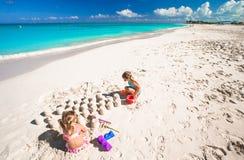 Маленькие девочки играя с игрушками пляжа во время Стоковые Изображения RF