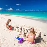 Маленькие девочки играя с игрушками пляжа во время Стоковые Изображения