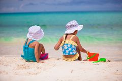 Маленькие девочки играя с игрушками пляжа во время Стоковое Фото