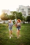 Маленькие девочки имеют потеху в парке Стоковые Изображения