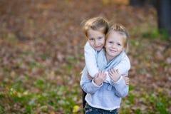 Маленькие девочки имея потеху в красивом парке осени Стоковое Фото