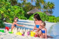 Маленькие девочки и счастливая мать играя с пляжем Стоковое Изображение RF