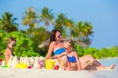 Маленькие девочки и счастливая мать играя с пляжем Стоковое Изображение