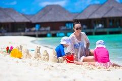 Маленькие девочки и счастливая мать играя с пляжем Стоковые Фотографии RF