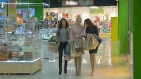 Маленькие девочки идут около окон в торговом центре съемка steadicam видеоматериал