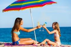 Маленькие девочки на летнем отпуске с коктеилями Стоковые Изображения RF