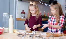 Маленькие девочки печь печенья пряника для Стоковое Фото