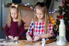 Маленькие девочки печь печенья пряника для Стоковые Изображения