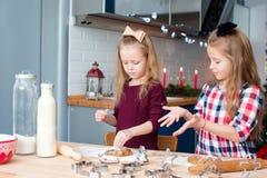 Маленькие девочки печь печенья пряника для Стоковые Фото