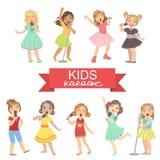 Маленькие девочки поя в караоке Стоковые Фотографии RF