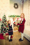 Маленькие девочки подготавливая подарки стоковая фотография rf