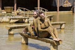 Маленькие девочки принимают ванны грязи для того чтобы улучшить условие Стоковые Фотографии RF