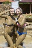 Маленькие девочки принимают ванны грязи для того чтобы улучшить условие Стоковые Изображения RF