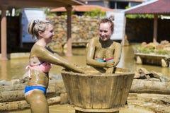 Маленькие девочки принимают ванны грязи для того чтобы улучшить состояние кожи Стоковая Фотография RF
