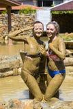 Маленькие девочки принимают ванны грязи для того чтобы улучшить состояние кожи Стоковые Фотографии RF