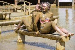 Маленькие девочки принимают ванны грязи для того чтобы улучшить состояние кожи Стоковые Фото