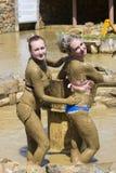 Маленькие девочки принимают ванны грязи для того чтобы улучшить состояние кожи Стоковые Изображения