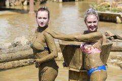 Маленькие девочки принимают ванны грязи для того чтобы улучшить состояние кожи Стоковое Фото
