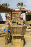 Маленькие девочки принимают ванны грязи для того чтобы улучшить состояние кожи Стоковые Изображения RF