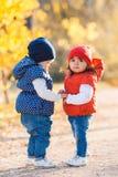 Маленькие девочки - прогулка подруг в парке Стоковые Изображения RF