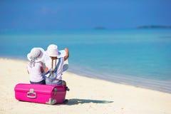 Маленькие девочки с большими чемоданом и картой на тропическом Стоковая Фотография