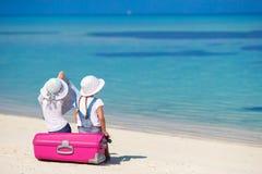 Маленькие девочки с большими чемоданом и картой на тропическом Стоковые Изображения